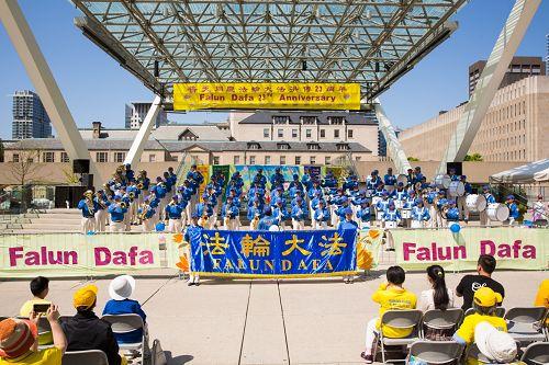 二零一五年五月十七日,多伦多法轮功学员在市政广场庆祝法轮大法传世二十三周年。