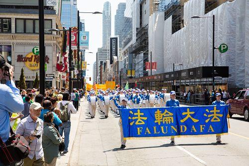 中午开始的大型游行从市政厅广场出发,以雄壮的天国乐团开路。