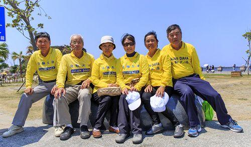 今年七十一岁的苏丰文(左二)修炼大法八年,受益良多,积极弘法,现在亲朋多人修炼法轮功。
