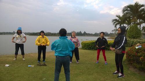 法轮功学员在Korat市水上花园教功