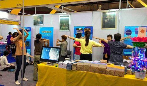 图2-4:二零一五年泰国健康博览会上,前来学炼法轮功的人们络绎不绝