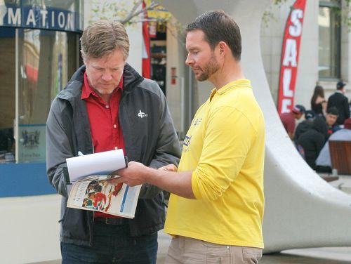 图1-5:六月二十日,珀斯部分法轮功学员在市中心讲真相活动,并征集签名支持反迫害,反对活摘器官