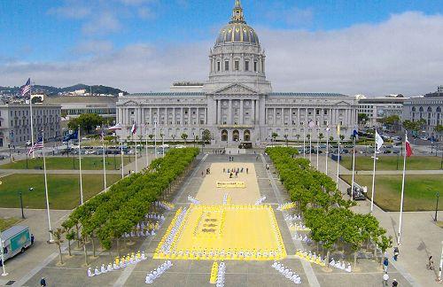 四百多名法轮功学员在旧金山市府前排字炼功