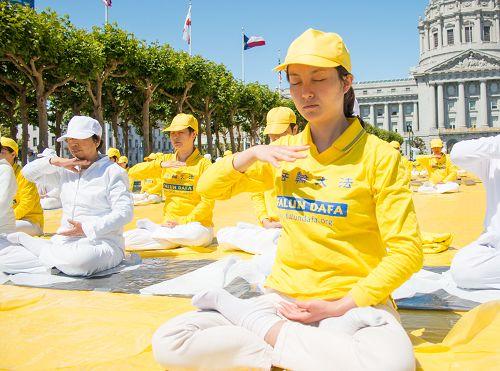 法轮功学员在旧金山市府前炼功