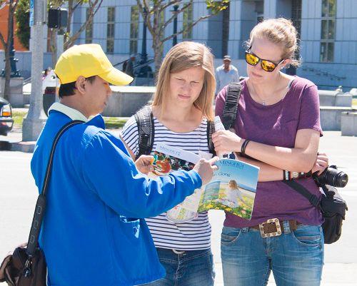 法轮功学员向游客讲真相