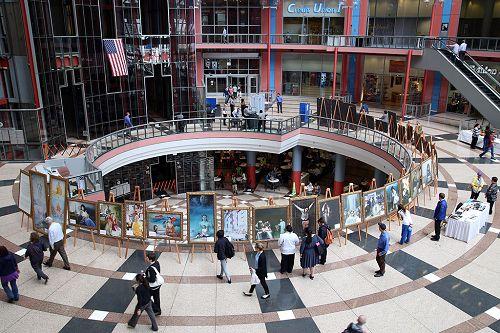 """图1-2:""""真善忍""""美展于二零一五年七月八日至十四日在芝加哥市汤姆逊中心举行,吸引众多民众观看。"""
