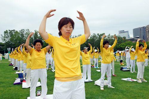 图1-4:七月二十日,韩国法轮功学员在首尔广场举行7.20十六周年反迫害活动。图为法轮功学员集体炼功场面。