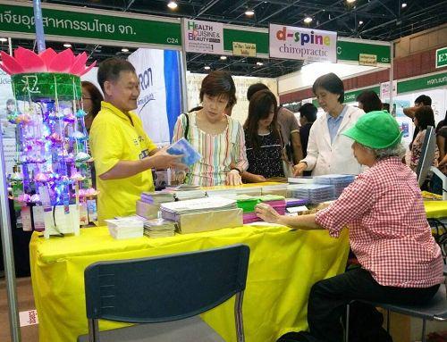 图1-2:泰国法轮功学员在健康美食与美容节设立展位,向民众传播法轮功的美好,并揭露中共对法轮功学员的残酷迫害,不少民众前来了解真相。