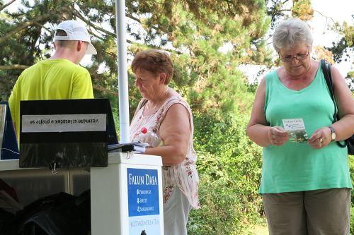 游客在阅读法轮功真相