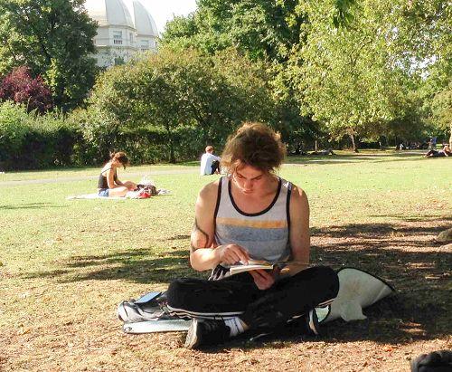 麦克正在阅读意大利文版的《法轮功》