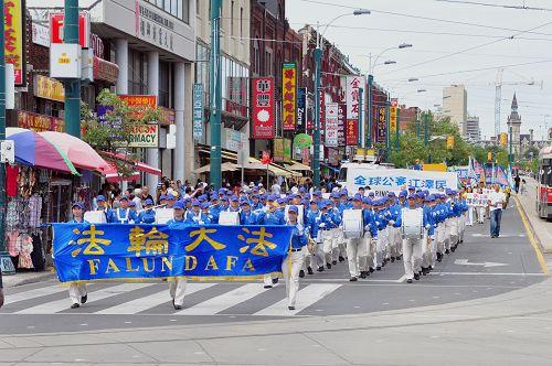 八月八日,多伦多法轮功学员在市中心举行声援全球诉江游行