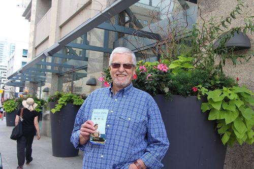 Jeff在一家旅馆门口一直观看着游行,他表示,我会尽我的所能来支持法轮功反迫害。