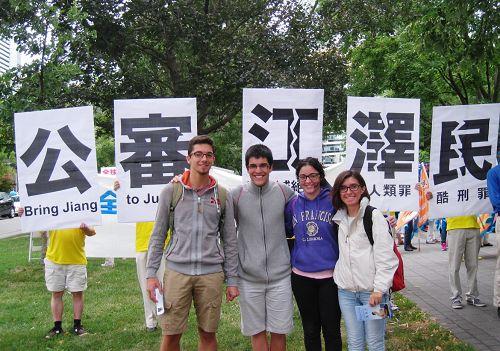 国际学生Sara Vicedomini(右一)、Samuel Roudbar(左一)和两位同学,他们表示说,江泽民太坏了!世界上的任何一个人都应该站出来支持起诉江泽民!