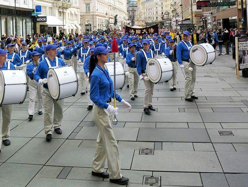 圖3:盛大遊行由歐洲天國樂團開道