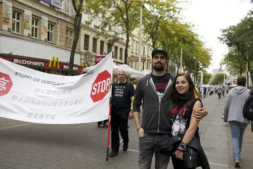 圖13:維也納大學生Thomas Kunyik和Melanie Schlemmer認為遊行內容很新穎,他們都覺得應該起訴江澤民