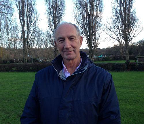 图:来自英国威尔士的法轮功学员彼得(Peter)在伦敦参加集体学法炼功,并表达对法轮<span class='voca' kid='53'>大法</span>的感恩