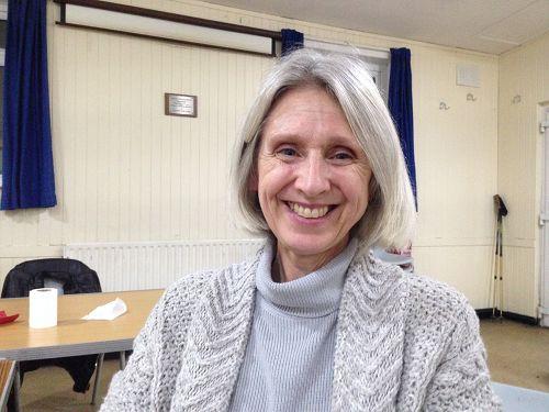 图:来自英国英格兰的法轮功学员乔伊(Joy)在伦敦参加集体学法炼功,并表达对法轮大法的感恩