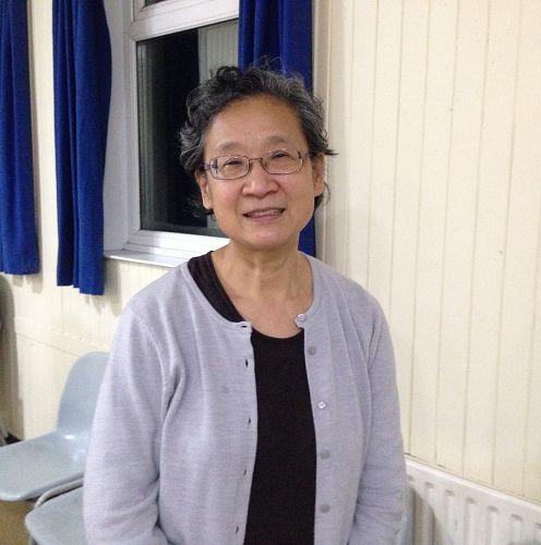 图:来自英国苏格兰的法轮功学员于女士在伦敦参加集体学法炼功,并表达对法轮大法的感恩
