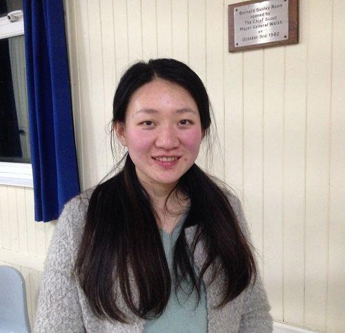 图:来自英国北爱尔兰的法轮功学员索尼娅(Sonia Zhang)在伦敦参加集体学法炼功,并表达对法轮大法的感恩