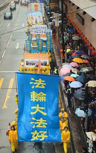 法轮功学员的游行队伍将真善忍的福音传遍大街小巷,也为大众带来未来人类的希望。