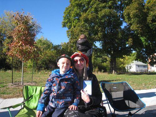 '圖11:貴湖瑜伽老師SamanphaAppleby女士和兒子'
