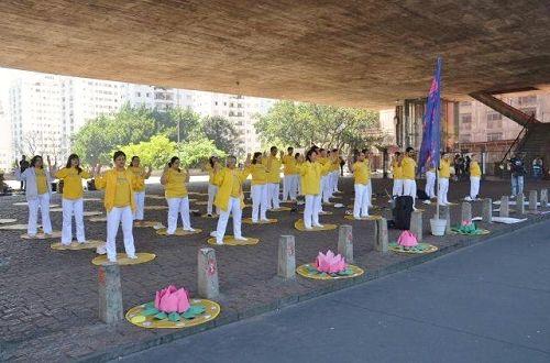 '图1:二零一六年十月八日,法轮功学员们在巴西圣保罗最繁忙的商业区Paulista大街展示功法。'