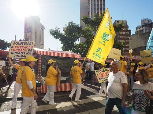 '图3:法轮功在东方区Liberdade大街游行,向人们传播法轮功的真相。'