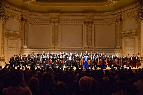 &#039圖1-6:二零一六年十月十五日,神韻交響樂團在紐約卡內基音樂廳的艾薩克•斯特恩禮堂(IsaacSternAuditorium)內連演兩場演出,演出結束時,樂團指揮米蘭•納切夫在觀眾們熱情的歡呼聲中不斷返場安可。&#039