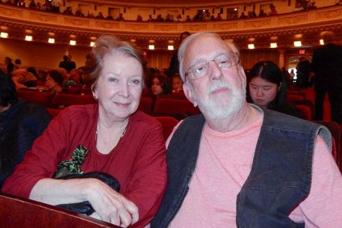 &#039圖7:資深豎琴演奏家、作曲家ValerieWhitcup女士與丈夫一起欣賞了神韻交響樂團十月十五日下午在紐約卡內基音樂廳(CarnegieHall)的演出。&#039