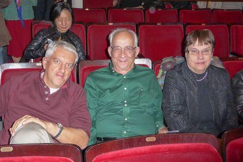 &#039圖12:美國運通公司執行副總裁AndresEspinosa先生(左)、銀行家MyronDice(中)及其太太BarbaraDice交口稱贊神韻交響樂。&#039