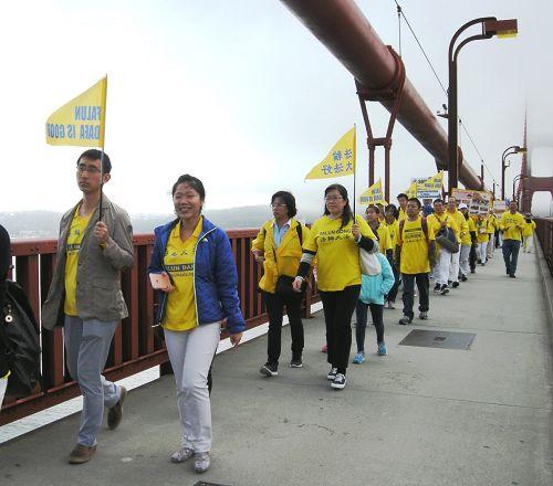 圖1:法輪功學員的遊行隊伍穿過金門大橋。