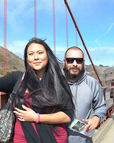 圖3:居住南加州 St. Monica地區的記者 Esvim和助手Les在金門大橋遇見了法輪功學員遊行。