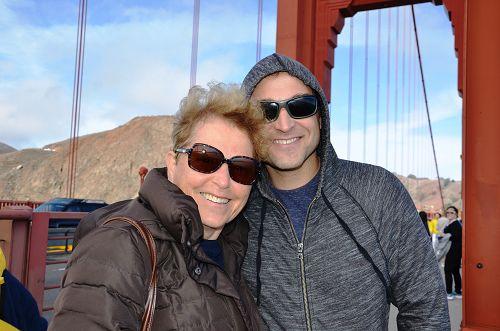 圖4:社交媒體工作者Adam 和媽媽Tamar在金門大橋看到遊行,深受震撼。