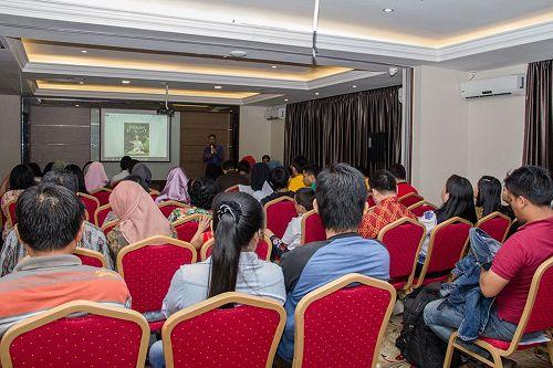 '图1:印尼法轮功学员于十月一日,在巴淡岛为公众放映揭示中共活摘器官罪行、获得今年皮博迪奖的纪录片——《活摘》。'