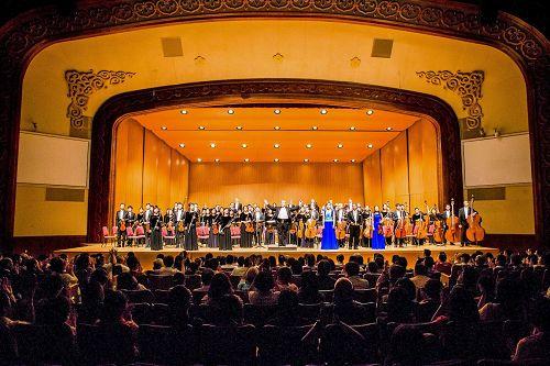 """&#039图1:十月三日在台北中山堂、神韵交响乐团在台湾巡演最后一场的演出,观众热情的掌声,和着经久不息的""""Encore""""(再来一曲)呼声不断!&#039"""