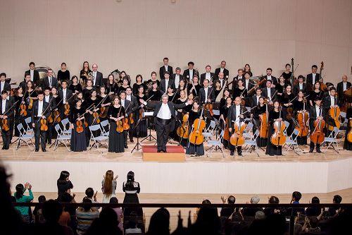 &#039图2:神韵交响乐团十月二日在高师大演出结束时,指挥米兰·纳切夫与演奏家谢谢观众热情的掌声。&#039