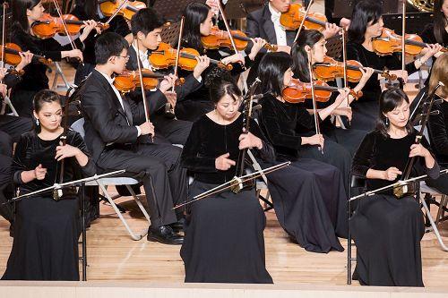 &#039图5:神韵交响乐团二胡演奏家戚晓春(前排右)、孙璐(中)、王真(左)的演出。&#039