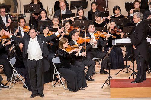 &#039图6:神韵交响乐团男高音歌唱家天歌的演出。&#039