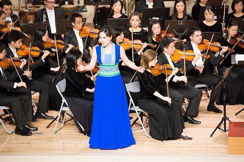 &#039图7:神韵交响乐团女高音歌唱家耿皓蓝的演出。&#039