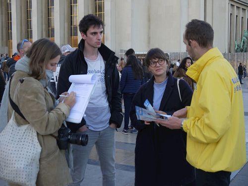 '图3:大学生甘蒂丝(Candice)(右二)和她的朋友们了解真相后签字'
