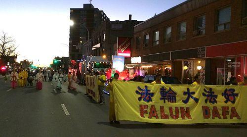 '图1:法轮功学员参加了加拿大温尼伯市(Winnipeg)全年最盛大的花车游行——圣诞花车游行'