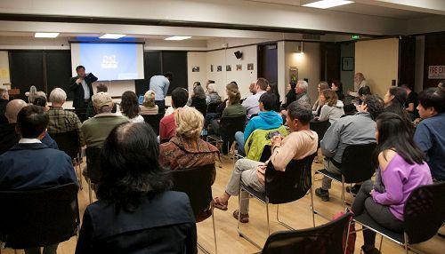 """'图1:二零一六年十一月十四日晚,揭示中共活摘器官罪行并获得""""皮博迪奖""""的纪录片——《活摘》在斯坦福大学放映。放映会结束后,观众一起探讨如何制止中共""""活摘""""罪恶。'"""