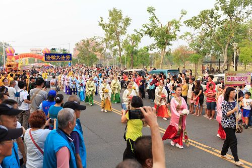 '圖4:天國樂團後面緊跟著的是吉祥獻瑞的法輪功仙女隊伍,民眾爭相拍照。'