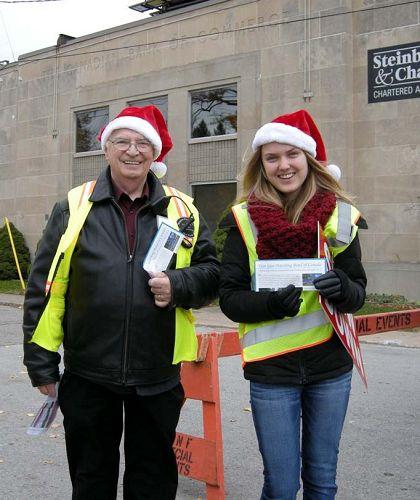 """圖7:尼亞加拉瀑布市聖誕大遊行負責人之一Ted Power先生表示在新聞中聽說過法輪大法,他說:""""真善忍是一個普世價值,我們每個人都應該遵循這個價值去做人和處世。"""""""