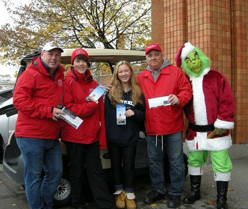 圖9:漢密爾頓市聖誕大遊行委員會財務部長Garry Goodwin先生(左一)和同事們