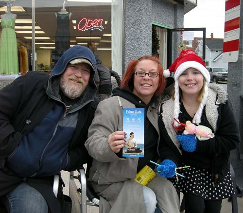 圖13:尼亞加拉瀑布市娛樂業人士Kim Dwyer女士(中)及先生和女兒