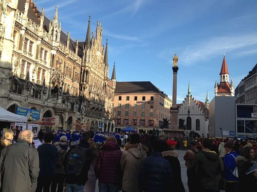 &#039图1~4:法轮功学员在慕尼黑玛利安广场上举行集体炼功和集会,法轮功真相吸引并震撼广大民众&#039