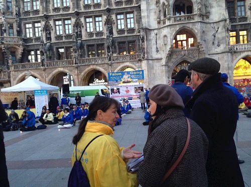 &#039图7:法轮功学员以不同语言在广场上深入讲真相&#039