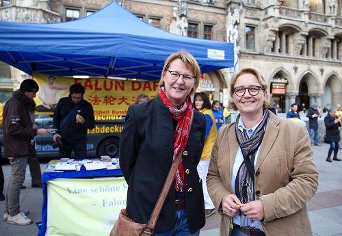 &#039图14:女教师Palme(左)和护士Sonnleiter在慕尼黑玛琳广场签名声援法轮功学员反迫害。&#039