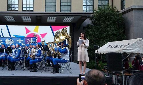 '图2:主持人在演奏开始时向公众介绍法轮大法'
